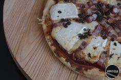 Pizza de bacon e queijo cabra http://vidadedesempregada.blogs.sapo.pt/receitas-rapidas-pizza-de-bacon-e-146492