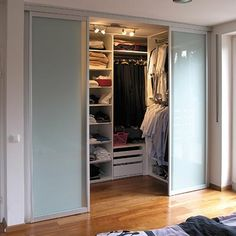 The small dressing rooms are great to fulfill the desire to have a space that is elegant, practical, and in which you can feel comfortable, since it does not cause chaos with the rest of the space Wardrobe Design Bedroom, Master Bedroom Closet, Bedroom Wardrobe, Wardrobe Closet, Home Bedroom, Luxury Wardrobe, Small Wardrobe, Closet Doors, Walk In Closet Design