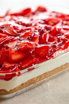 Cake recipes - Strawberries and Cream Cake Six Sisters' Stuff 13 Desserts, Delicious Desserts, Icebox Desserts, Food Cakes, Cupcake Cakes, Cupcakes, Strawberry Dessert Recipes, Strawberry Dream Cake Recipe, Strawberry Cream Cheese Dessert