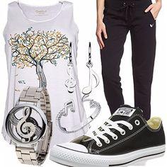 Outfit sportivo con molti riferimenti alle note musicali. Ideale per passeggiate a ritmo di musica. Canotta larga, comodi pantaloni sportivi, sneakers e accessori in tema.