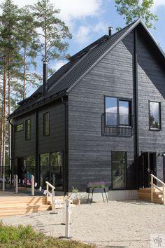 Black House Exterior, Dark House, Modern Farmhouse Exterior, Steel House, Wooden House, Modern House Plans, Modern Buildings, House Painting, Architecture Details