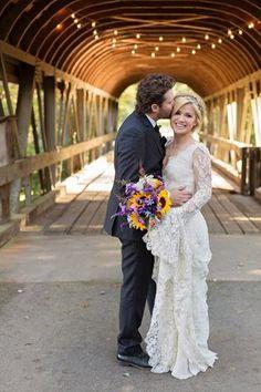 De Amerikaanse zangeres <b>Kelly Clarkson</b> koos voor nog meer kant, in een jurk van Alice Temperley, maar ze zag er al bij al toch beeldig uit voor haar huwelijk met Brandon Blackstock.
