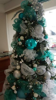 christmas tree inspiration Awesome Christmas Tree Themes Dcor Ideas For Home That Inspire You Teal Christmas Tree, Turquoise Christmas, Christmas Tree Themes, Noel Christmas, Christmas Colors, Christmas Wreaths, Simple Christmas, Blue Christmas Tree Decorations, Christmas Pictures