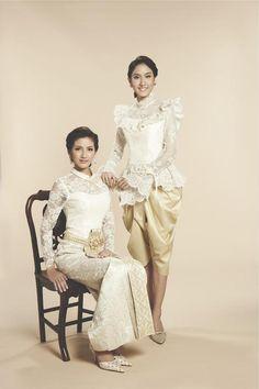 นก อุษณีย์ -เมี่ยง อติมา  สวมชุดไทยประยุกต์ ห้องเสื้อฟินาเล่เวดดิ้งสตูดิโอ Thai Traditional Dress, Traditional Wedding Dresses, Traditional Fashion, Traditional Outfits, Thai Wedding Dress, Modest Wedding Gowns, Thai Brides, Kebaya Lace, Bride Suit
