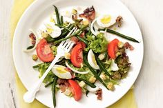 Green beans, tomatoes, bacon, eggs, and croutons make this salad substantial enough to serve for lunch or a quick dinner. Easy Salads, Healthy Salads, Easy Meals, Healthy Recipes, Egg Salad, Caprese Salad, Giant Food, Bacon, Pork Recipes