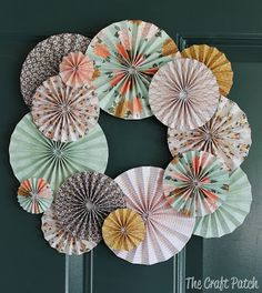 Accordion Fold Paper Wreath Make this wreath any color for any holiday. It's made of scrapbook paper! DIY cheap wreath The post Accordion Fold Paper Wreath appeared first on Paper ideas. Scrapbook Paper Projects, Diy Scrapbook, Scrapbooking Ideas, Scrapbook Paper Flowers, Scrapbook Layouts, Pinterest Origami, Pinterest Crafts, Diy Paper, Paper Art