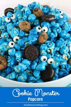 Me want Cookie Monster Popcorn! Sweet and salty popcorn mixed with mini cookies and googly monster eyes is super adorable just like the Cookie Monster. And it tastes great too! A fun anytime snack that would also be a great Party food at a Cookie Monste Popcorn Mix, Sweet Popcorn, Gourmet Popcorn, Popcorn Recipes, Snack Recipes, Baked Popcorn Recipe, Popcorn Store, Cooking Recipes, Cookie Monster Party
