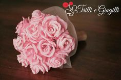 Bouquet con rose di carta crespa. Alternative bouquet with paper flowers and pink roses. #bouquet #wedding