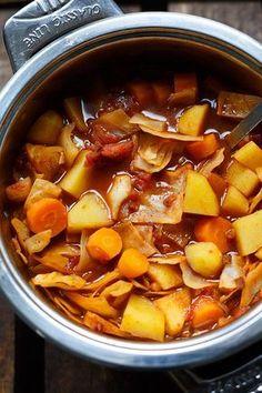 Magische Kohlsuppe! Wenig Kalorien, schnell gemacht und UNGLAUBLICH lecker. Kochkarussell.com #suppe #soup #kohlsuppe #kochkarussell