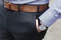 Den Look kaufen:  https://lookastic.de/herrenmode/wie-kombinieren/weisses-und-blaues-langarmhemd-mit-vichy-muster-dunkelgraue-anzughose-brauner-lederguertel/807  — Dunkelgraue Anzughose  — Weißes und blaues Langarmhemd mit Vichy-Muster  — Brauner Ledergürtel
