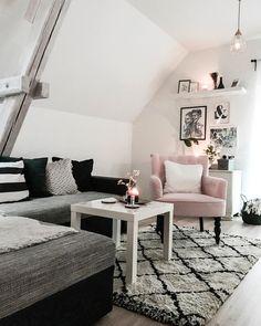 ◊We love Beni Ourain◊ Der Teppich-Trend mit marokkanischen Wurzeln darf momentan in keinem Wohnzimmer fehlen. Mit seinen unregelmäßigen Rauten-Mustern wirkt er so kunstvoll und clean zugleich. Außerdem ist er zu jedem Einrichtungsstil kombinierbar und ein wahrer Klassiker! // Teppich Sessel Monochrome Kissen Couchtisch Wohnzimmer BeniOurain Trend Herbst Sofa#BeniOurain#Teppich#Trend#Herbsttrend#Sofa@miss__bliss