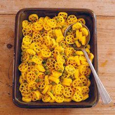 Lekker recept gevonden: Ruote met saffraan en doperwten Macaroni And Cheese, Ethnic Recipes, Food, Mac And Cheese, Essen, Meals, Yemek, Eten