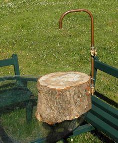 Tuinslangkraan gemonteerd op boomstam. Water overal waar je het nodig hebt in de tuin