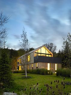 'maison glissade' by atelier kastelic buffey, town of the blue mountains, ontario, canada Gable House, Gable Roof, Architecture Résidentielle, Amazing Architecture, Modern Exterior, Interior And Exterior, Interior Design, Storey Homes, Facade House