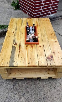 Here the pallet coffee table has been edited to give this new DIY pallet coffee table with ice box which creates too much fun for those part lovers! It provides