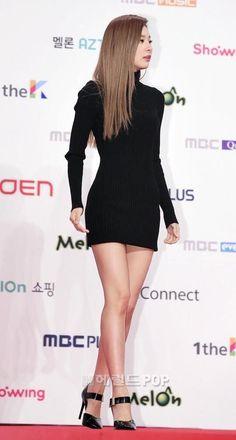 Seulgi looking like a sexy goddess in a Black mini dress at the Red Carpet Red Velvet Seulgi, Red Velvet Irene, Sexy Asian Girls, Beautiful Asian Girls, Kpop Fashion, Fashion Outfits, Velvet Fashion, Celebrity Red Carpet, Korean Celebrities