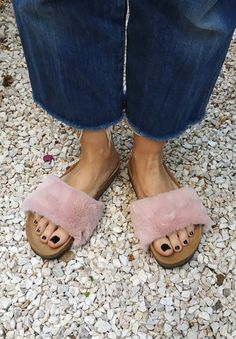 Accessoires roses moelleux pour les 'Ethical Magic image 0 Fluffy Sliders, Top Backpacks, Pink Accessories, Message Card, Pink Roses, Heeled Mules, Upcycle, Fancy, Fashion Styles