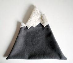 (the actual how to)  designsponge-diy-12-12-mountain-pillow-step10