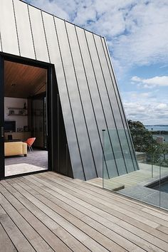 Zinc cladding on raked wall. Modern waterfront home in Auckland: Winsomere Crescent Zinc Roof, Metal Roof, Roof Architecture, Residential Architecture, Sustainable Architecture, Classical Architecture, Ancient Architecture, Interior Tropical, Alcacer Do Sal