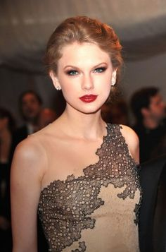 Make-up to die for, Taylor Swift, Met Ball Taylor Swift Red Lipstick, Taylor Swift Make-up, Taylor Swift Pictures, American Music Awards, Celebrity Makeup Looks, Celebrity Style, Celebrity Gallery, Glamour, Teen