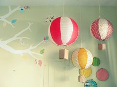 The Joyeful Journey: {diy} paper lantern hot air balloons.Could also do this with Japanese paper balloons. Balloon Lanterns, Paper Lanterns, Paper Lamps, Balloon Centerpieces, Balloon Decorations, Diy For Kids, Crafts For Kids, Diy Hot Air Balloons, Papier Diy