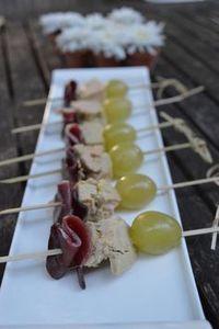 Brochettes raisin blanc, magret séché, foie gras de canard