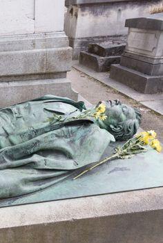 Tausende Frauen besuchen jeden Tag dieses Denkmal und machen etwas Unanständiges mit ihm.