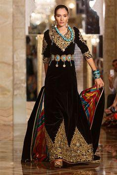L'allure Menouba en trois mots : féminine, sculpturale, traditionnelle... Rym Wided Menaifi, la fondatrice et styliste de la célèbre maison de couture Menouba, a pu présenter sa dernière collection à