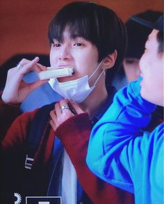 {161027 Gimpo Airport} ©minstory1103 Look at that pinky raises high • • • • #wonho #shinhoseok #hoseok #원호 #hyungwon #chaehyungwon #형원 #jooheon #leejooheon #주헌 #minhyuk #leeminhyuk #민혁 #IM #limchangkyun #imchangkyun #changkyun #shownu #hyunwoo #sonhyunwoo #셔누 #kihyun #yookihyun #기현 #몬스타엑스 #몬베베 #monstax #monsta_x #kpop