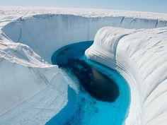 Deze prachtige ice canyons in Groenland zijn uitgesneden door smeltwater en bereiken een diepte van zo'n 45 meter.