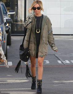 ashley-tisdale-parka-bota-vestido-preto-oculos