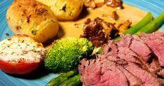 En höstsymfoni med vilda smaker - helstekt rådjurssadel med hasselbackspotatis och mild grönpepparsås. Serveras med gula kantareller, grön sparris samt rostad broccoli.