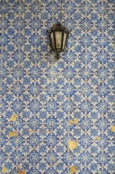 This classic blue and white Portuguese pattern was the inspiration for our Duquesa Catarina Pattern. Bathroom Floor Tiles, Wall Tiles, Contemporary Furniture, Luxury Furniture, Funky Furniture, Furniture Design, Pantone 2020, Blue Tiles, Tile Patterns