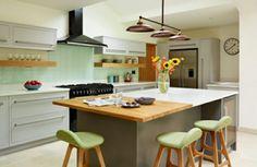 moderne küchen mit kochinsel und grüne akzente