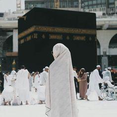 Hijabi at masjid al haram Muslim Girls, Muslim Couples, Muslim Women, Hijab Niqab, Muslim Hijab, Niqab Fashion, Muslim Fashion, Mecca Wallpaper, Hijab Dpz