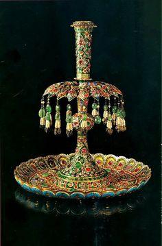 شمعدان سلام عید ، شمعدان طلا، آراسته به لعل، زمرد، یاقوت، شرابههای مروارید و آویز زمرد. این شمعدان با جفت خود، در آیین «سلام» عید نوروز در دو سوی تخت طاووس قرار داده میشد و اوایل قرن 19 میلادی ساخته شده است. Qajar Dynasty, Cyrus The Great, Cradle Of Civilization, Ancient Persia, Global Style, Royal Jewels, Equine Art, Islamic Art, Perfume Bottles