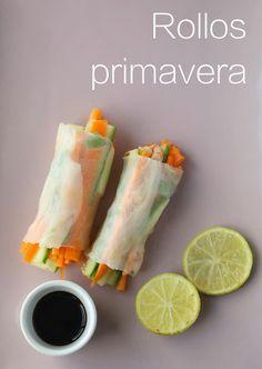 Rollitos primavera (o spring rolls) con zanahoria, pepino, cebollita cambray y camarones, envueltos en papel de arroz.
