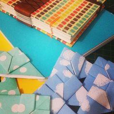 Marcadores de nuvens e bolinhas. Sketchbook A6 com detalhe em couro. #artesanal #bookbinding #encadernaçãoartística