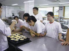 드라마 제빵왕 김탁구의 촬영지로 유명한 신길1동의 제과학교에서 장애인을 위한 제과제빵 교육이 실시되고 있어요.