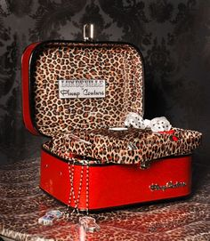 Sparkly red with leopard print interior train case! This would e beautiful with zebra and purple. Leopard Fashion, Animal Print Fashion, Animal Prints, Leopard Spots, Leopard Animal, Leopard Room, Zebras, Vintage Train Case, Vintage Luggage