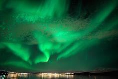 Norwegen ist ein Land mit vielen Naturwundern. In den dunklen Wintermonaten ist aber ein ganz besonderes Spektakel zu beobachten: das Nordlicht.