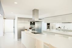 Here's a stark white contemporary kitchen design with super long island and a minimalist vibe. White Contemporary Kitchen, Contemporary Kitchen Cabinets, Grey Kitchen Cabinets, Luxury Kitchen Design, Luxury Kitchens, Kitchen Styling, Kitchen Decor, Kitchen Trends, Kitchen Ideas
