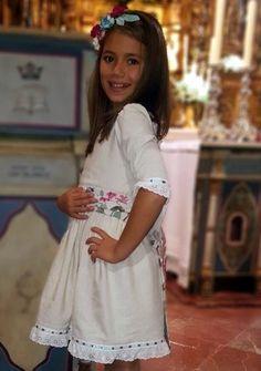 Sonia, Alejandra, Carolina, Mª José, María P. y María H. fueron las niñas que acompañaron a Javier y María el día de su boda. Las mayores co...
