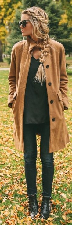 Mode Herbst Inspiration - schlichtes Outfit für kalten Tag mit Camel Coat - langer Mantel in Camel und schwarzen Leder Boots mit Schnallen. Die tolle Flechtfrisur für lange Haare wertet das ganze Outfit nochmal mehr auf.
