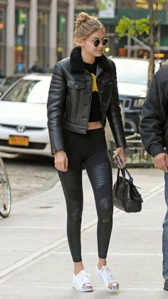 Gigi Hadid May 8 2016 Clothes Shoes Jewelry Makeup. Gigi Hadid showed off her stylish side with Black Leggings, Cropped Tee and Leather Jacket. Gigi Hadid Looks, Gigi Hadid Style, Black Leather Jacket Outfit, Black Leggings, Casual Outfits, Black Outfits, Casual Looks, Sportswear, Autumn Fashion