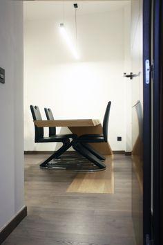 Se trata de una mesa de diseño moderno, su principal particularidad es su inicio desde la superfie del suelo y acabando en voladizo. Conference Room, Table, Furniture, Home Decor, Ceilings, House Decorations, Design Table, Residential Architecture