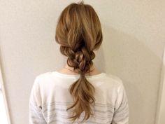 おさげ髪がオシャレアレンジに変身!三つ編みだけで作る編みおろしヘアアレンジが可愛い | 松井 愛士