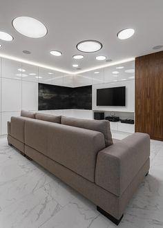 Круги на потолке - это #светильникROUND. Встроенные в потолок светильники отвечают за основное освещение гостиной в квартире ЖК #ФИЛИЧЕТА. Поворотная конструкция светильников позволяет направлять световой поток в нужном направлении. ⠀ Авторы проекта - студия FACE HOME.