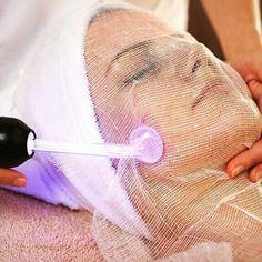 Los faciales con alta frecuencia ofrecen una alternativa segura y ligera a procedimientos dramáticos de cirugía plástica rejuvenecimiento con laser al colágeno las inyecciones de Botox y a otros procedimientos invasivos del rejuvenecimiento para el