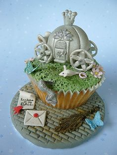 Wow, this Cinderella inspired cupcake would be amazing for a little girl's birthday party!